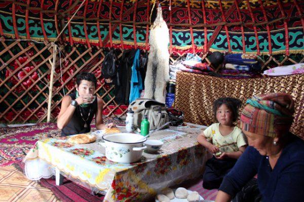 キルギスの遊牧民テントでホームステイ