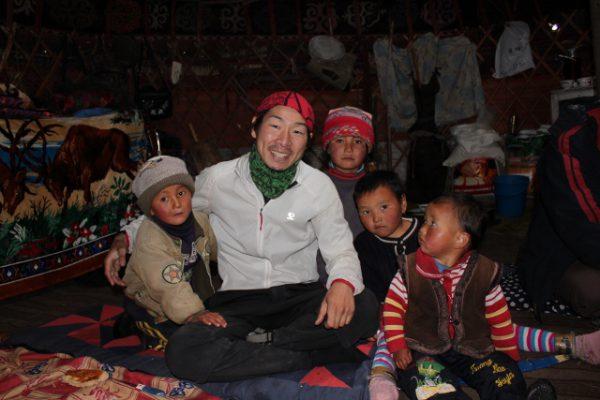 吹雪の中、遊牧民の移動式テント「ユルタ」の中に入れてもらい、助けてもらった場面