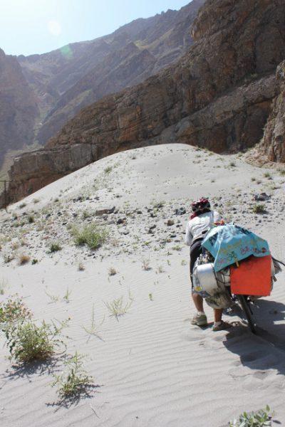 砂漠のサイクリスト